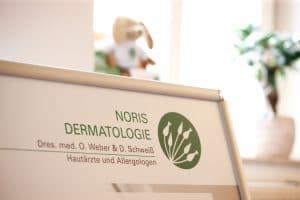 Noris Dermatologie Schild
